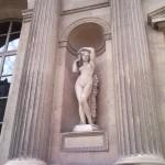 Le Louvre, statue dans la grande cour